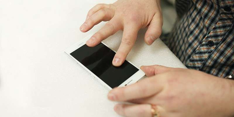 Як наклеїти захисне скло на телефон — Покрокова інструкція та поради з вибору
